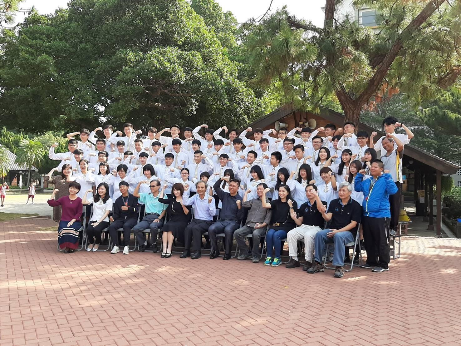 108學年度畢業大團照側拍
