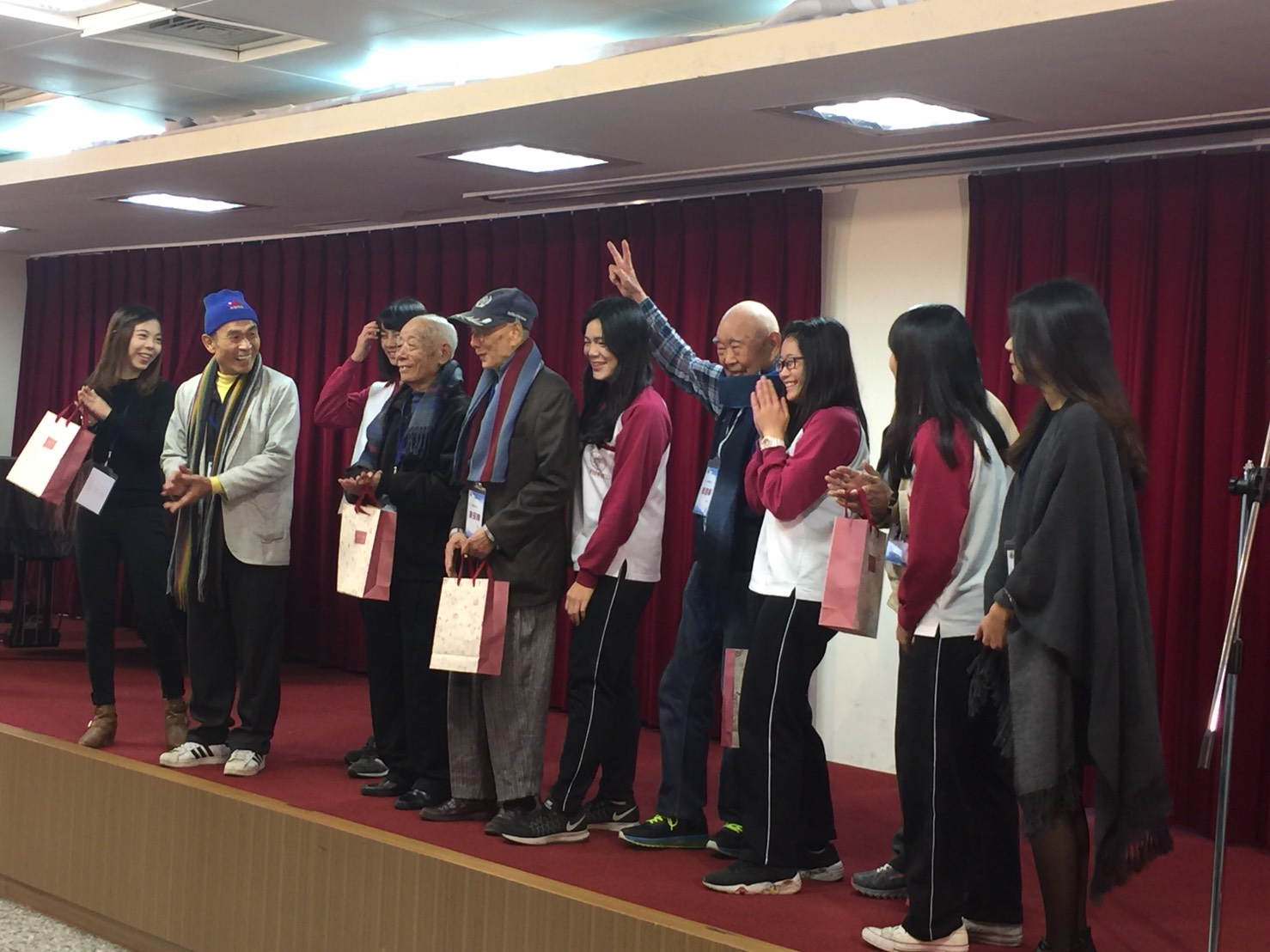歡迎榮民之家蒞校,感謝大學部和附中共同締造了美好的成果發展會!